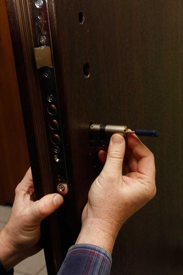 как вставить личинку в дверной замок